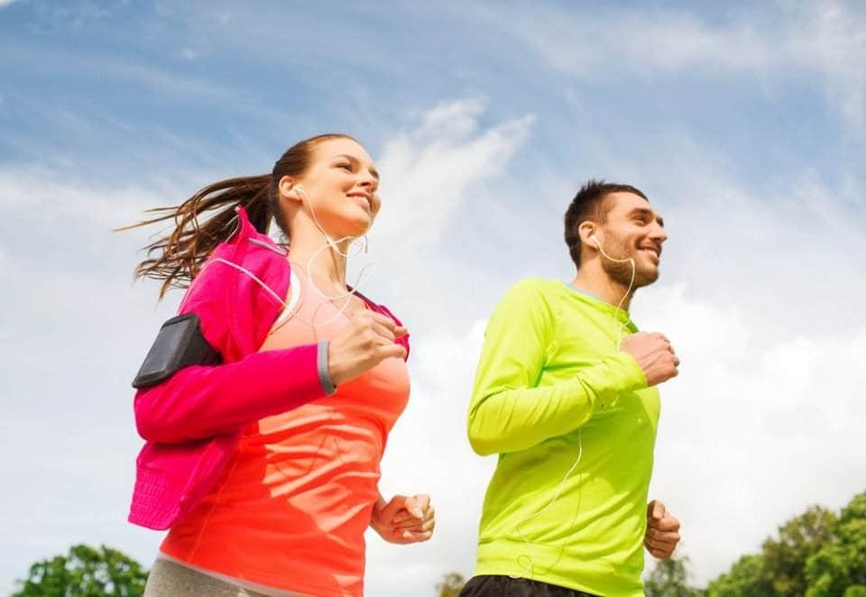 رجل وإمراة يمارسان رياضة الركض