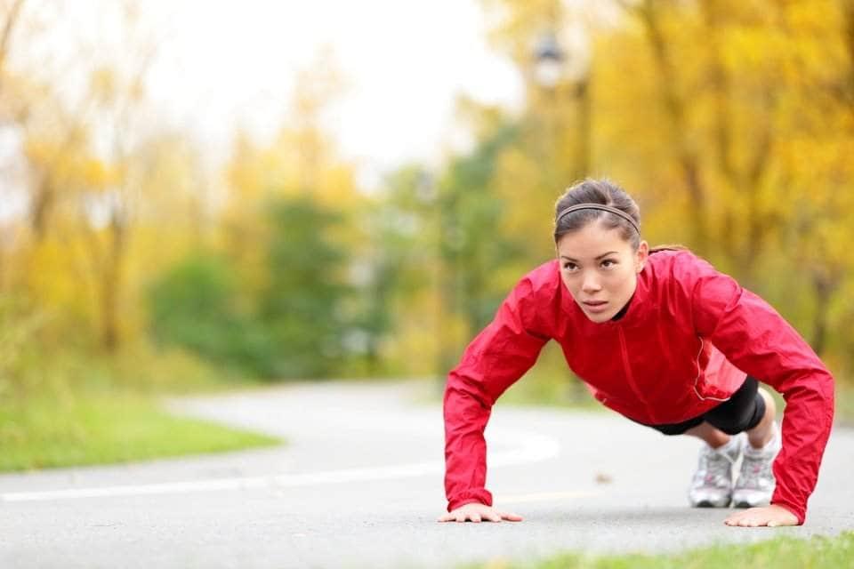 فتاة تمارس الرياضة