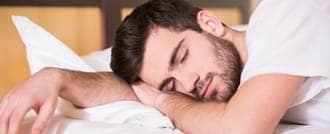 رجل ينام على بطنه