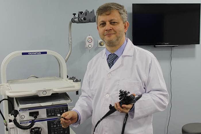 صورة للدكتور وائل دهان مع جهاز المنظار المستخدم في تكميم المعدة